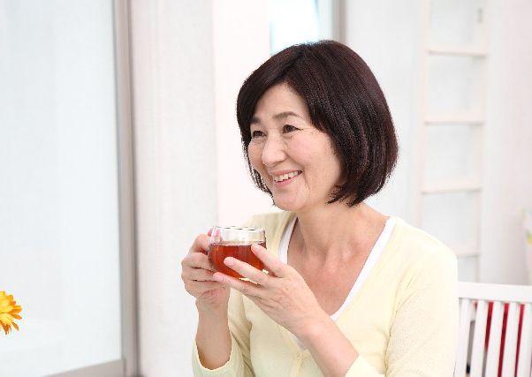 お茶を女性